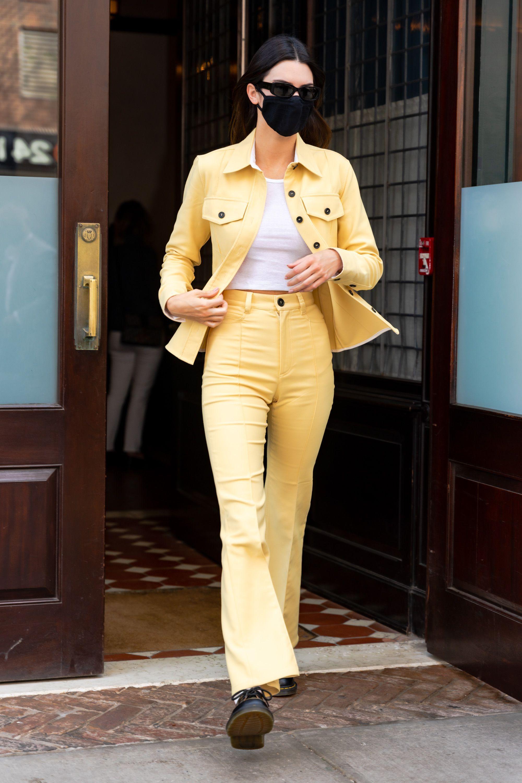 Kendall Jenner con un dos piezas en amarillo.