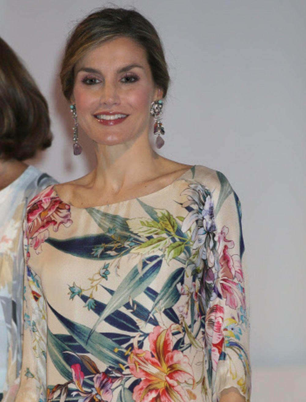 Doña Letizia con pendientesde Anton Heunis.