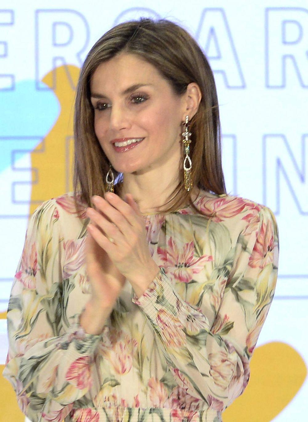 Doña Letizia con vestido y pendientes de Zara.