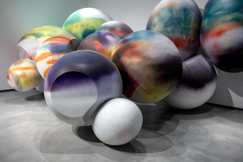 Faux Rocks (2005) de  Katharina Grosse, en el Museo de Arte Contemporáneo Helga de Alvear, en Cáceres.