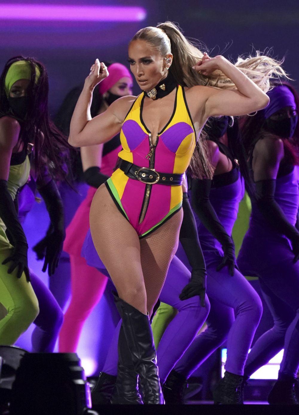 La cantante Jennifer Lopez luce siempre extensiones a la hora de mostrar su espectacular melena durante sus actuaciones.