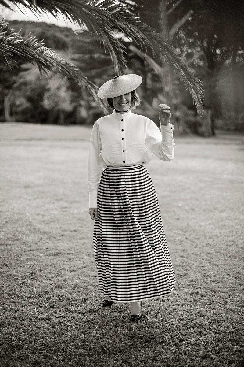 Margarita, con su camisa favorita de Fraile para Es Fascinante y falda vintage de Juan Duyos. El sombrero fue adquirido en uno de sus viajes.