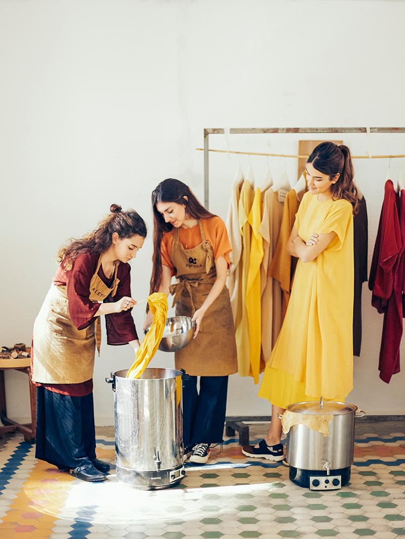 """Valentina observa a María e Irene """"cocinando"""" una de las capas."""