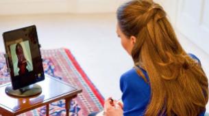 Kate Middleton con su nuevo look de pelo con semirrecogido para su...