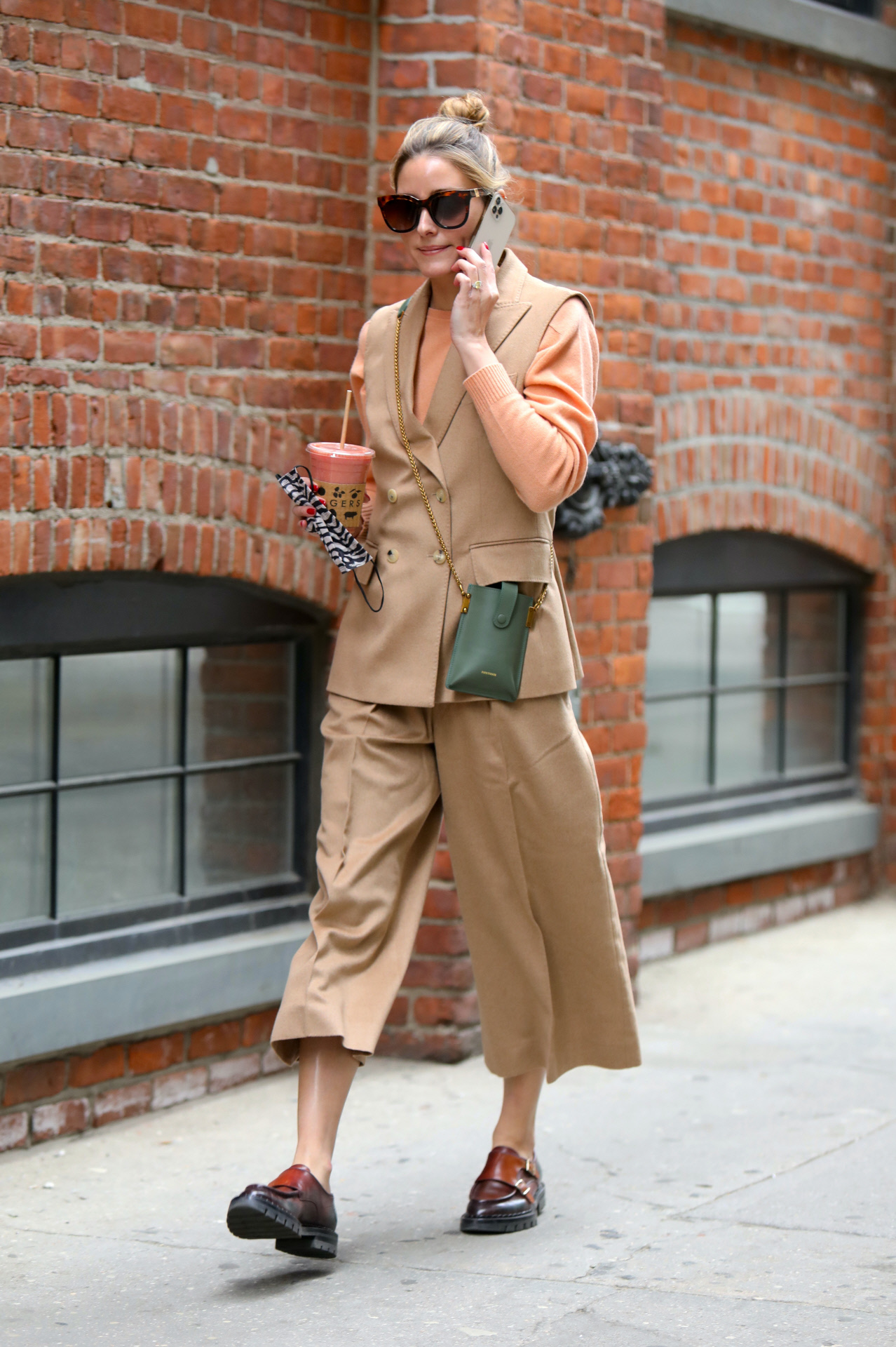 Olivia Palermo con chaleco y pantalón culotte.
