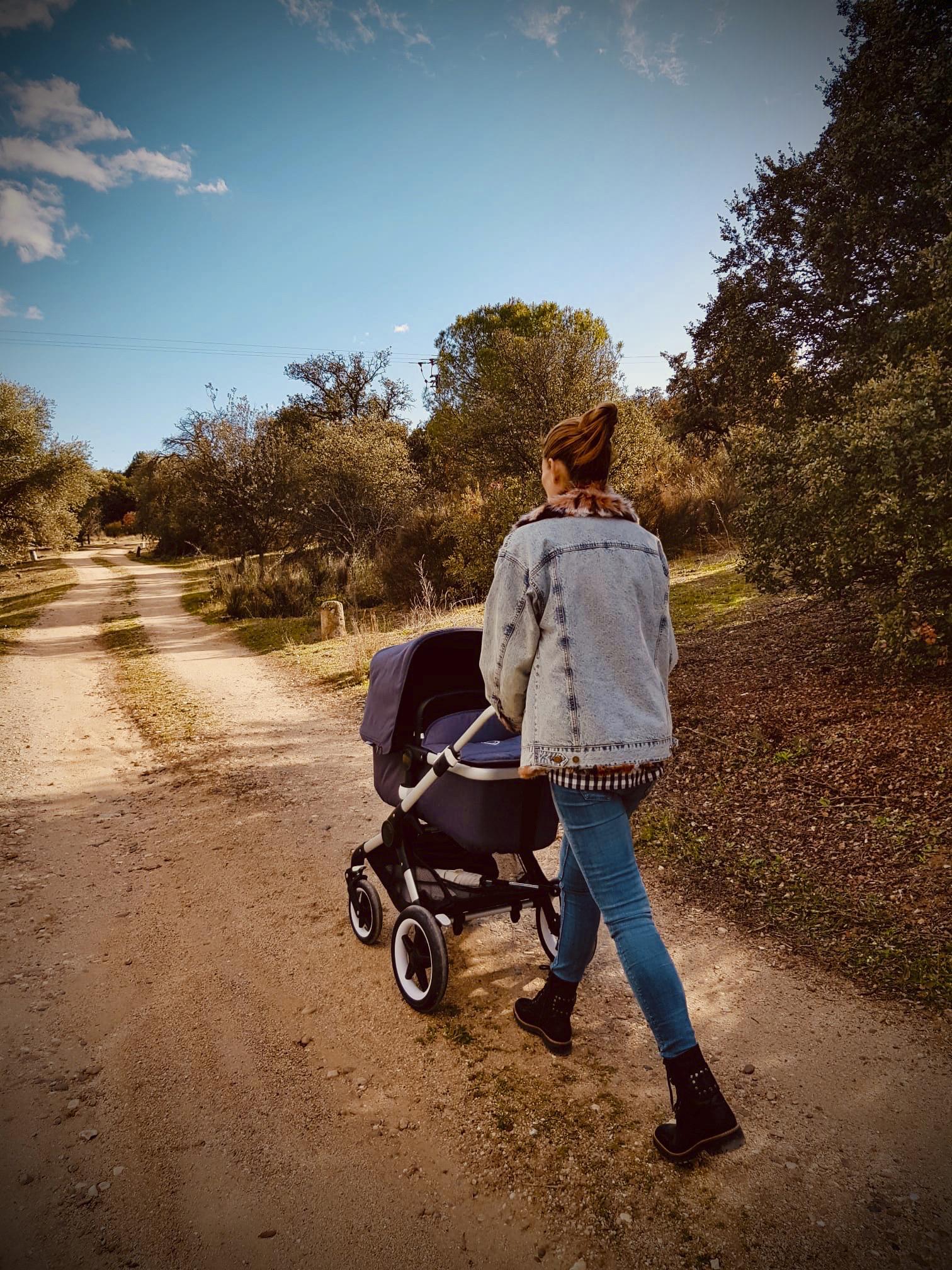 Aprovecha el paseo diario  con tu hijo para ponerte en forma.