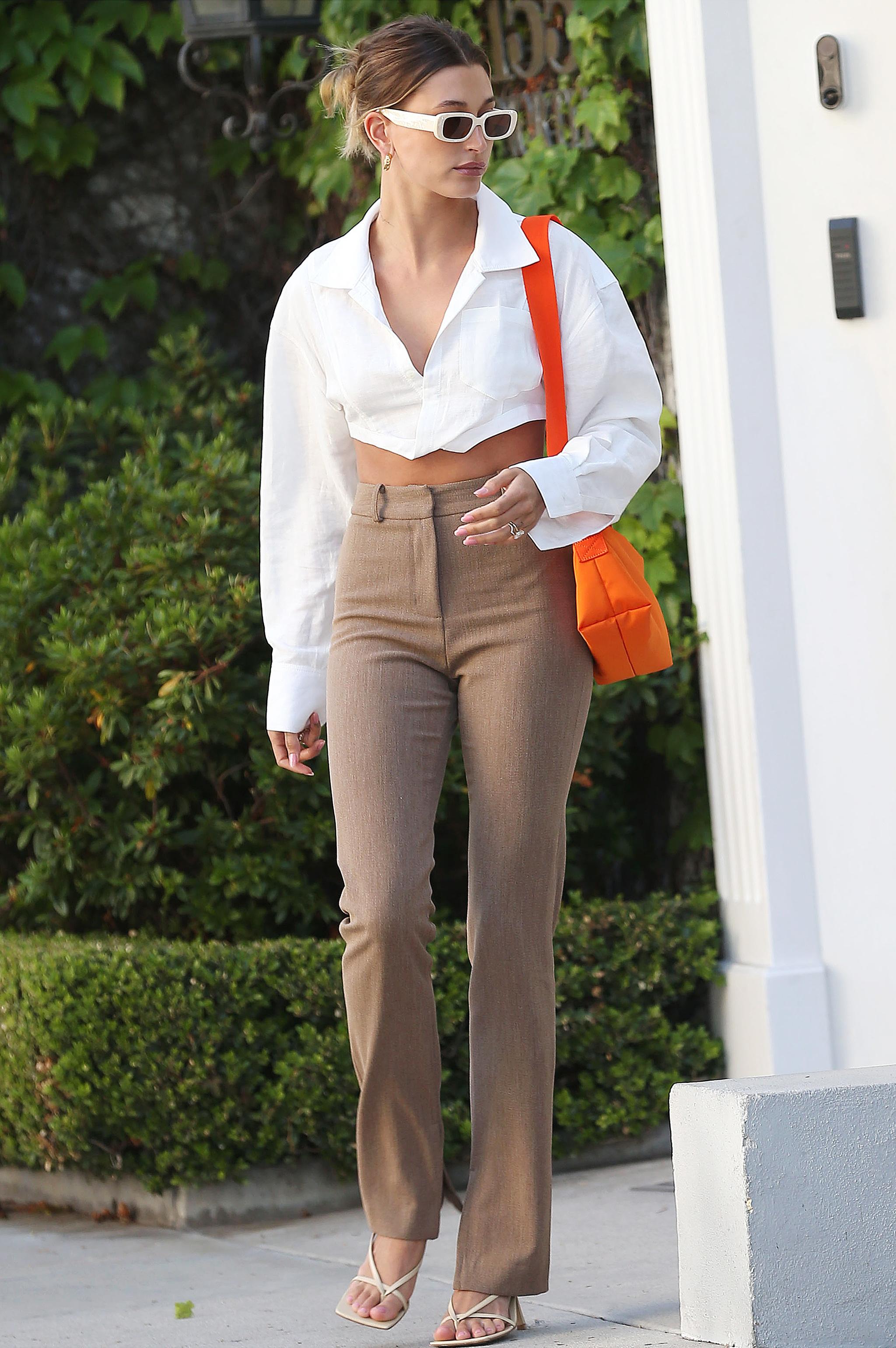 Hailey Baldwin con camisa y pantalón.