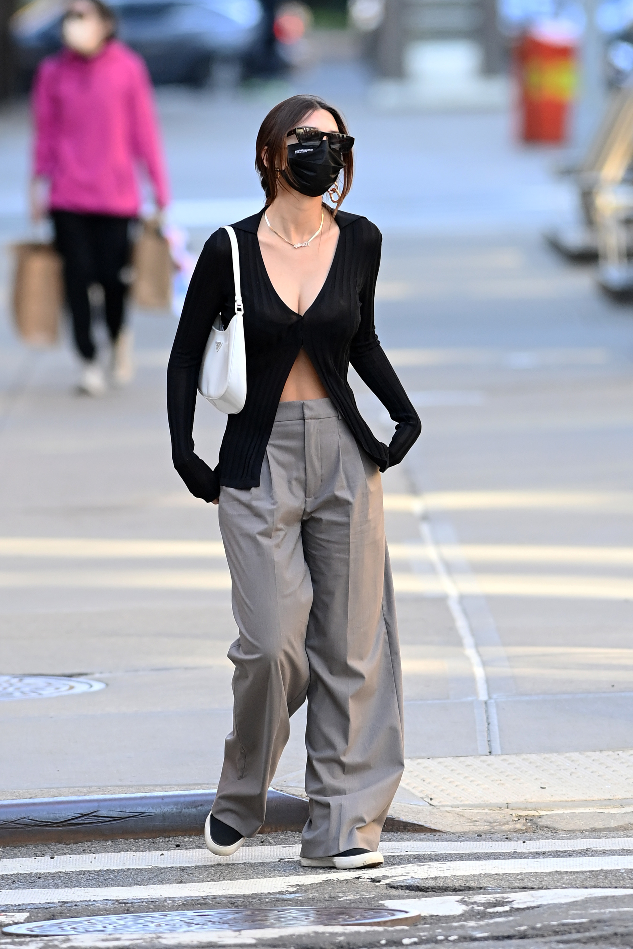 Emily Ratajkowski con pantalones oversize.