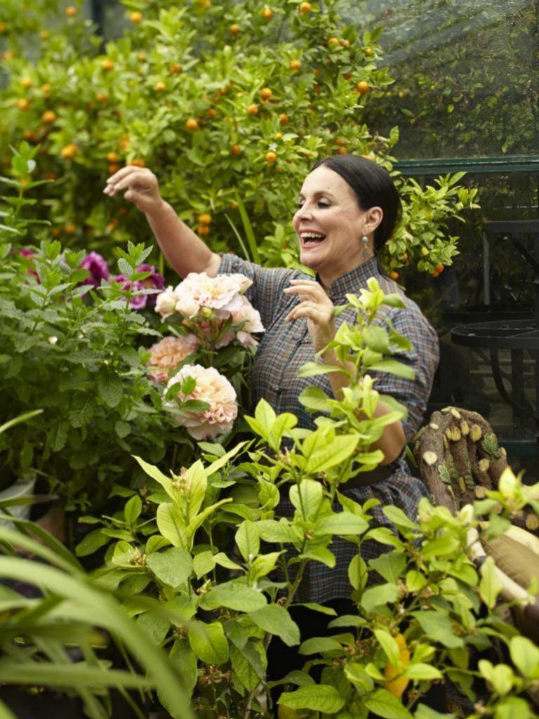 El jardín de la célebre maquilladora francesaTerry de Gunzburg. Cuidar plantas eleva los niveles de endorfinas y reduce los de cortisol, según diversos estudios.