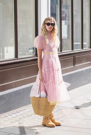 Veronika Heilbrunner con vestido de mangas abullonadas.