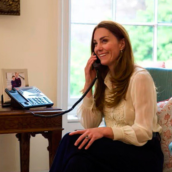 Kate Middleton con la blusa que lució en el retrato de su compromiso.