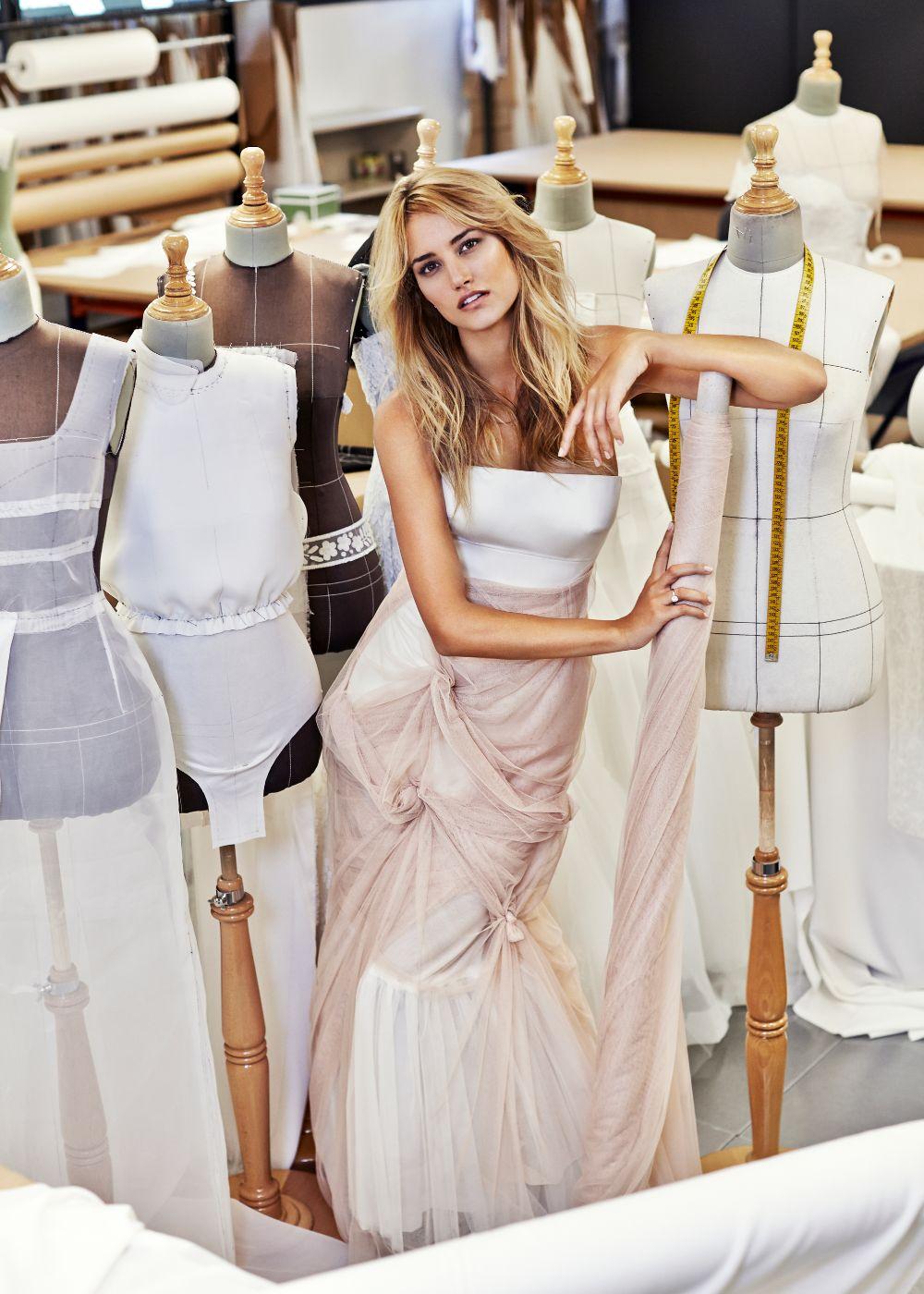 Puedes empezar a buscar vestido con 10 meses de antelalción respecto a la fecha de tu boda.