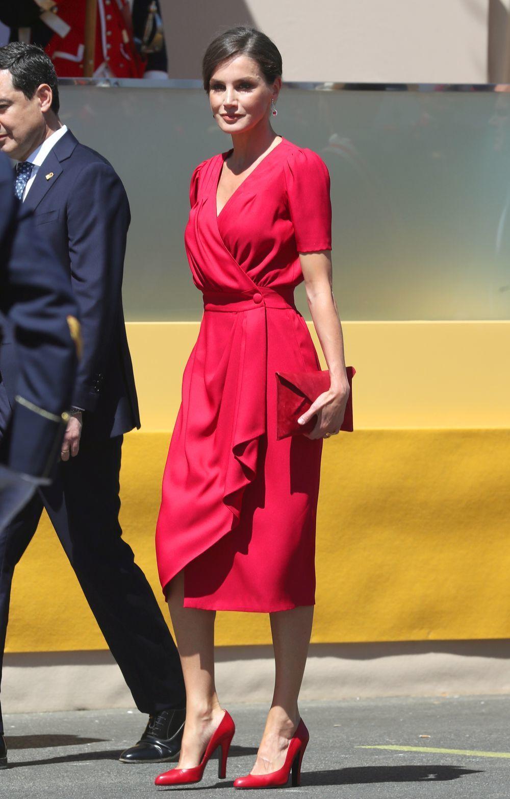La reina Letizia con un vestido rojo de Cherubina.