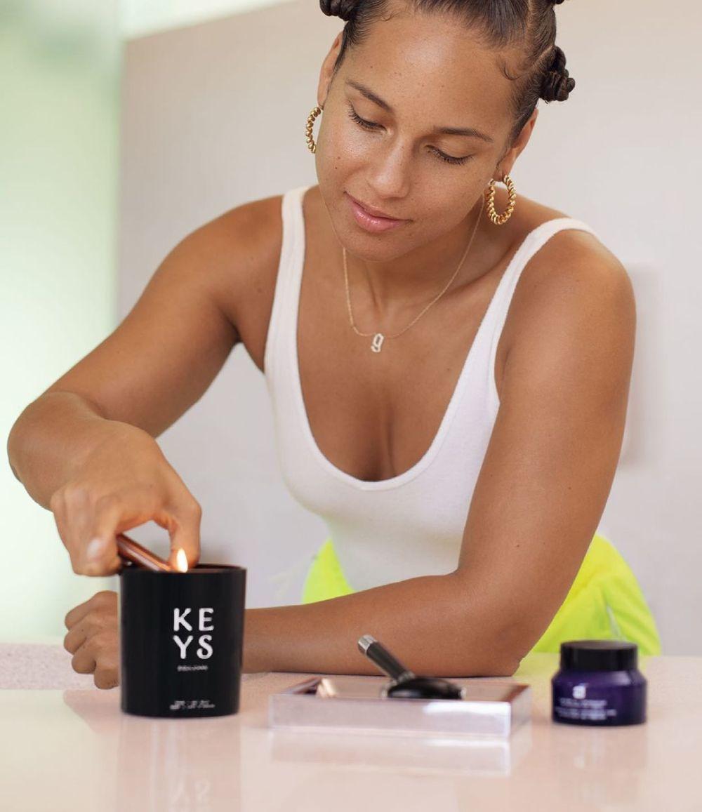 Velas, cremas hidratantes, limpiadoras... la nueva marca de cuidado de la piel de Alicia Keys combina fórmulas dermatológicas con ingredientes ancestrales que funcionan.