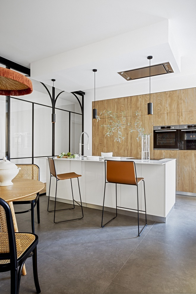 En la cocina, taburetes de Ondarreta; sillas de Misterwils; lámpara y mesa de Sklum.