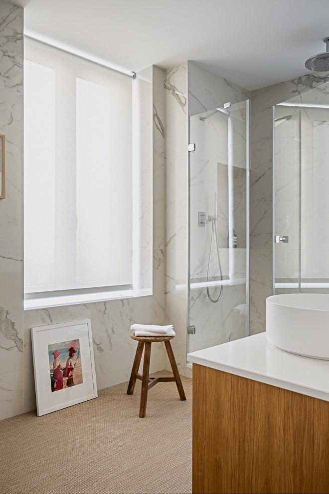 El cuarto de baño, con taburete de Zara Home; mueble de Codis y fotografía de YellowKorner Hermosilla.