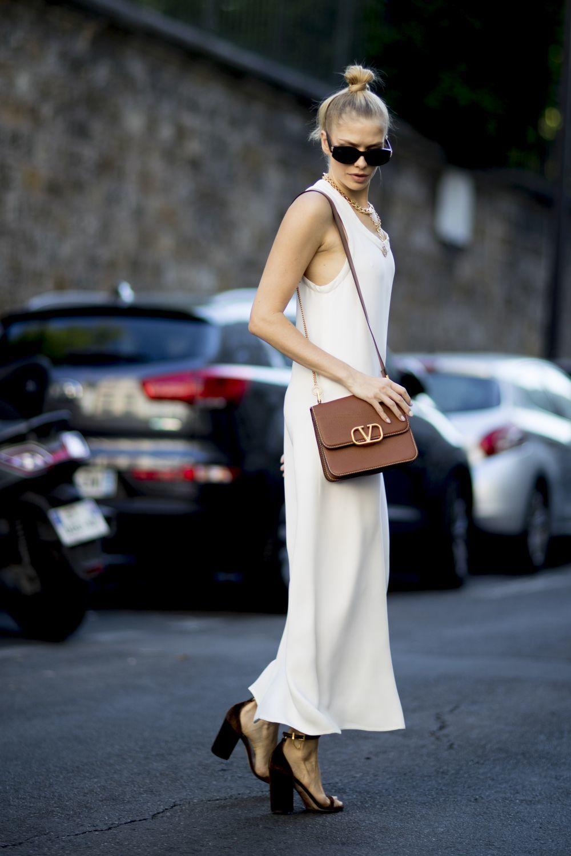 Look con vestido blanco.