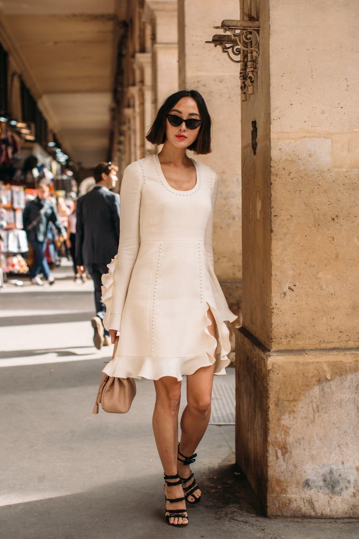 Look de street style con vestido blanco.