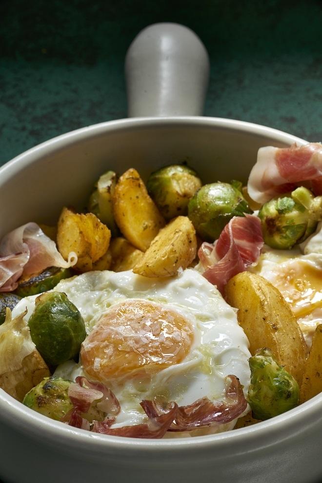 Huevos rotos con coles de Bruselas