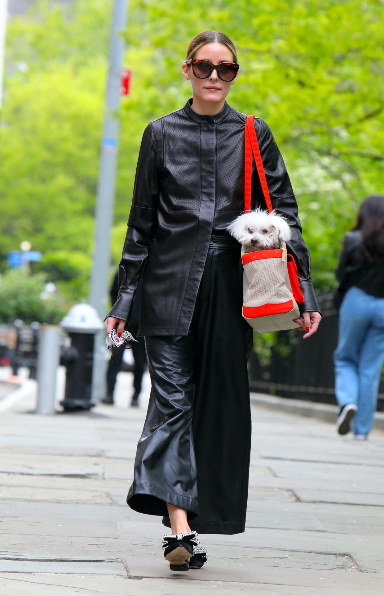 El look de Olivia Palermo, en total black y con mules joya.