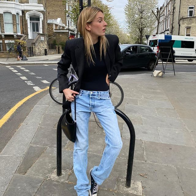Camille Charriere con jeans y blazers.