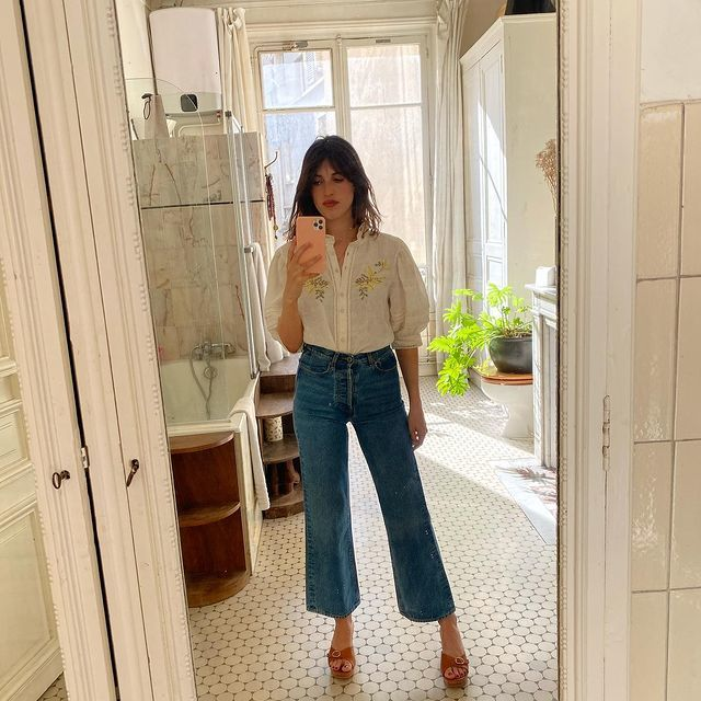 Jeanne Damas con sandalias de estilo vintage