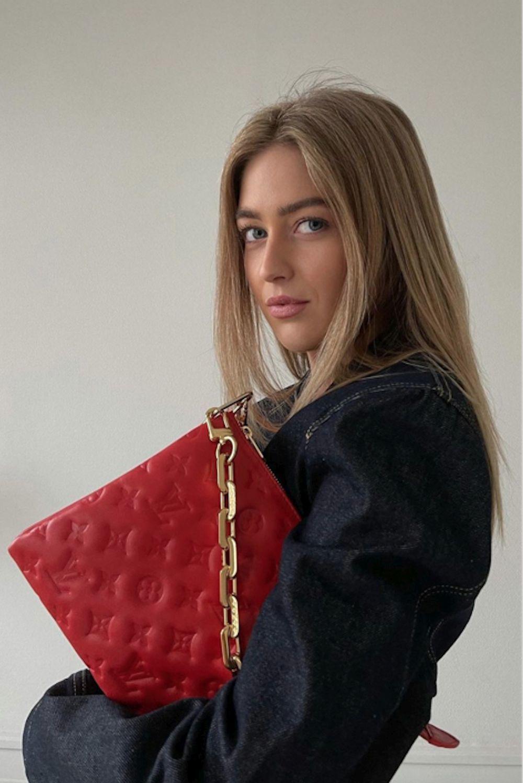 Emili Sindlev con el  bolso Coussin de Louis Vuitton.