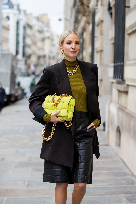Leonie Hanne con look de Bottega Veneta.