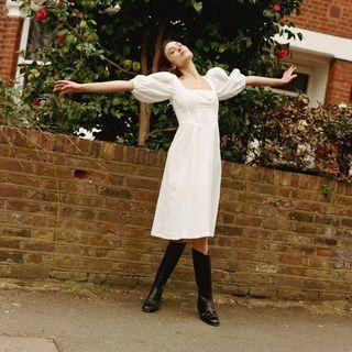 Alexa Chung con vestido blanco.