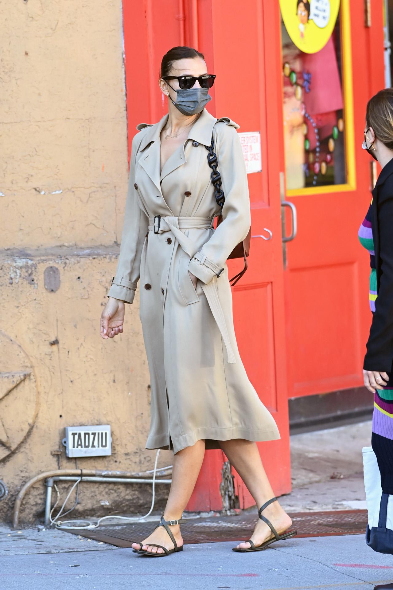 Irina Shayk paseando por Nueva York.