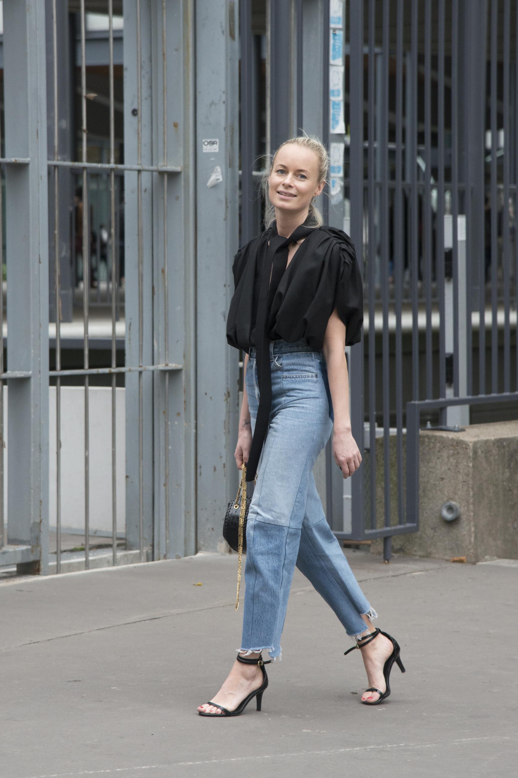 Thora Valdimars con los jeans rectos.