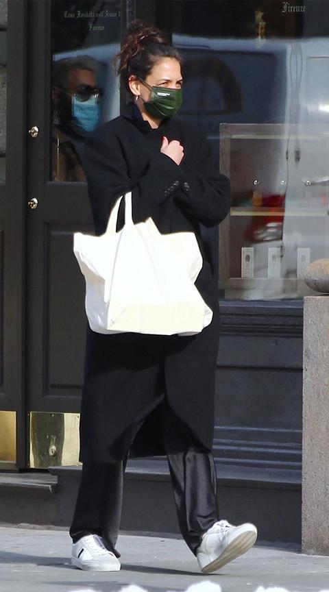 Katie Holmes con look urbanita.