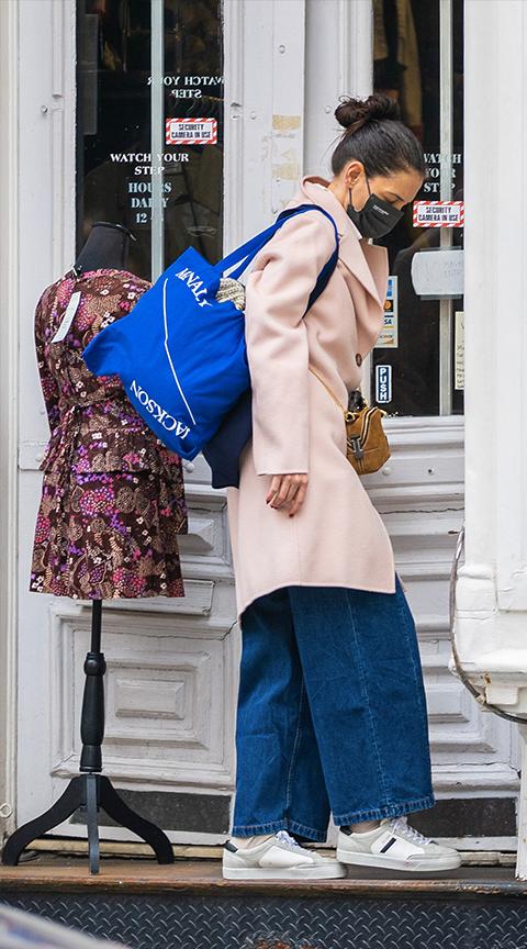Katie Holmes con pantalón de pernera ancha.