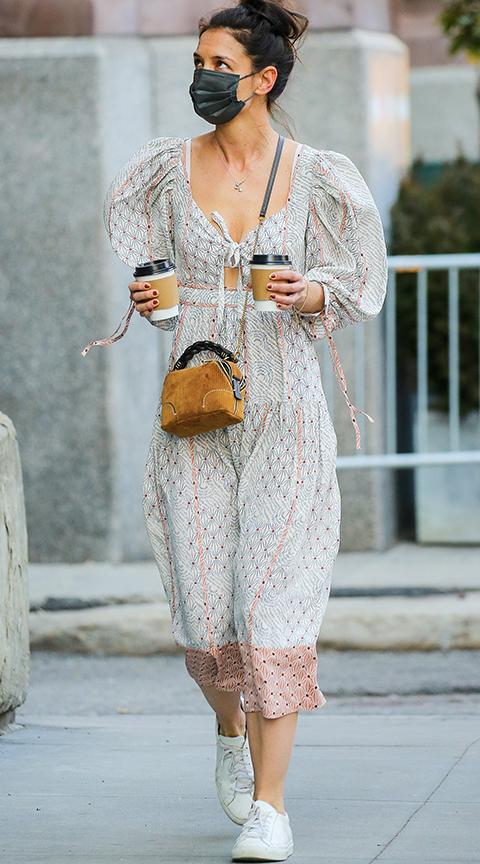 Katie Holmes con vestido midi y zapatillas blancas.