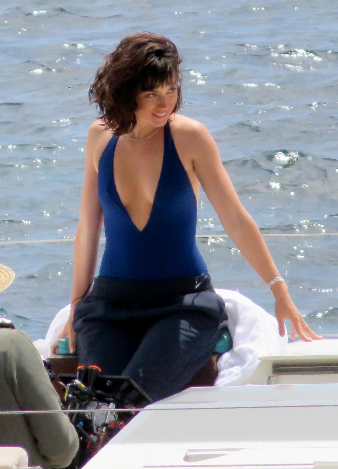 La actriz Ana de Armas fotografiada con un bañador azul.