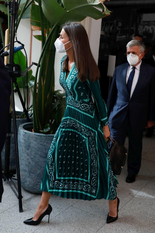 El pelo fuerte, luminoso y largo de la reina Letizia no se improvisa, también es fruto de muchos cuidados como una dieta sana y cortes regulares de sus puntas para mantenerlas siempre impecables.