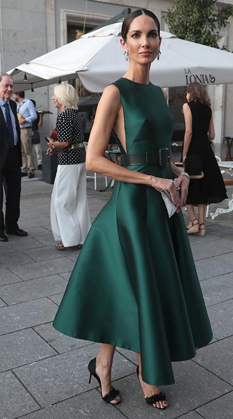 Eugenia Silva con look de invitada elegante.