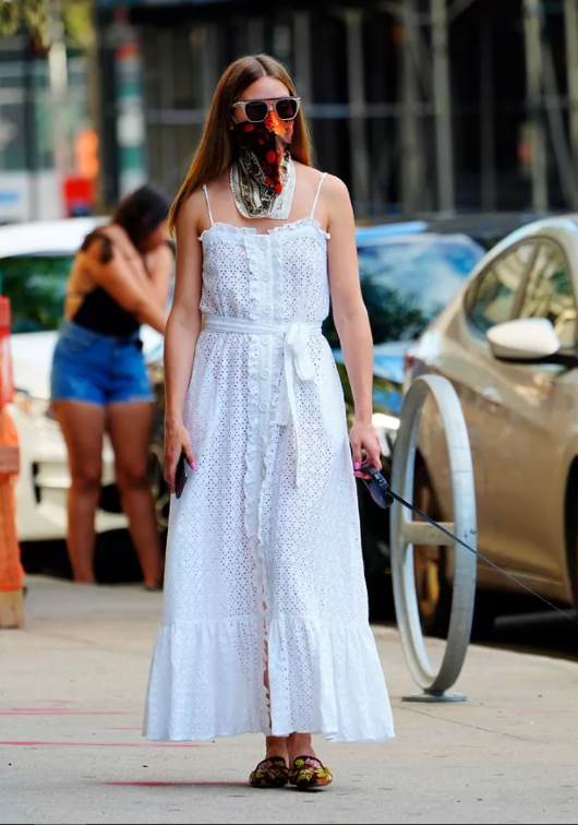 Olivia Palermo con vestido blanco.