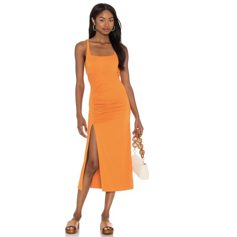 Vestido midi en naranja para las noches de verano.