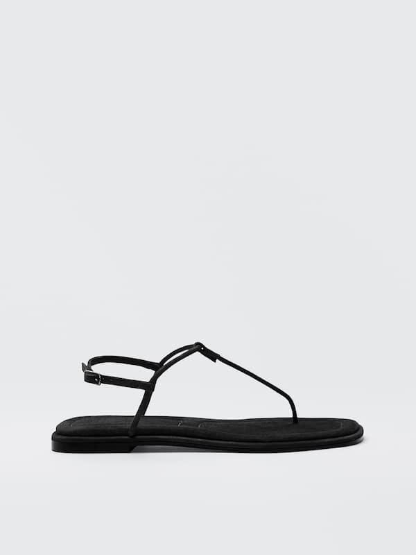 Sandalias planas de tira negra