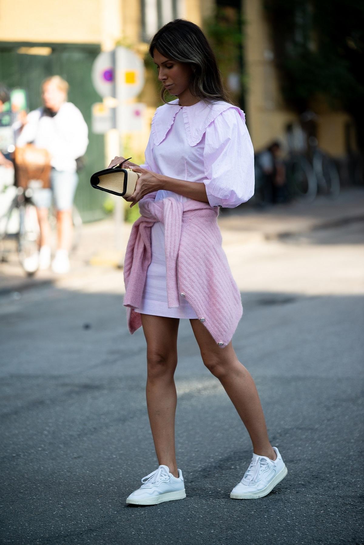 Una blusa y una falda mini son  buenas opciones.