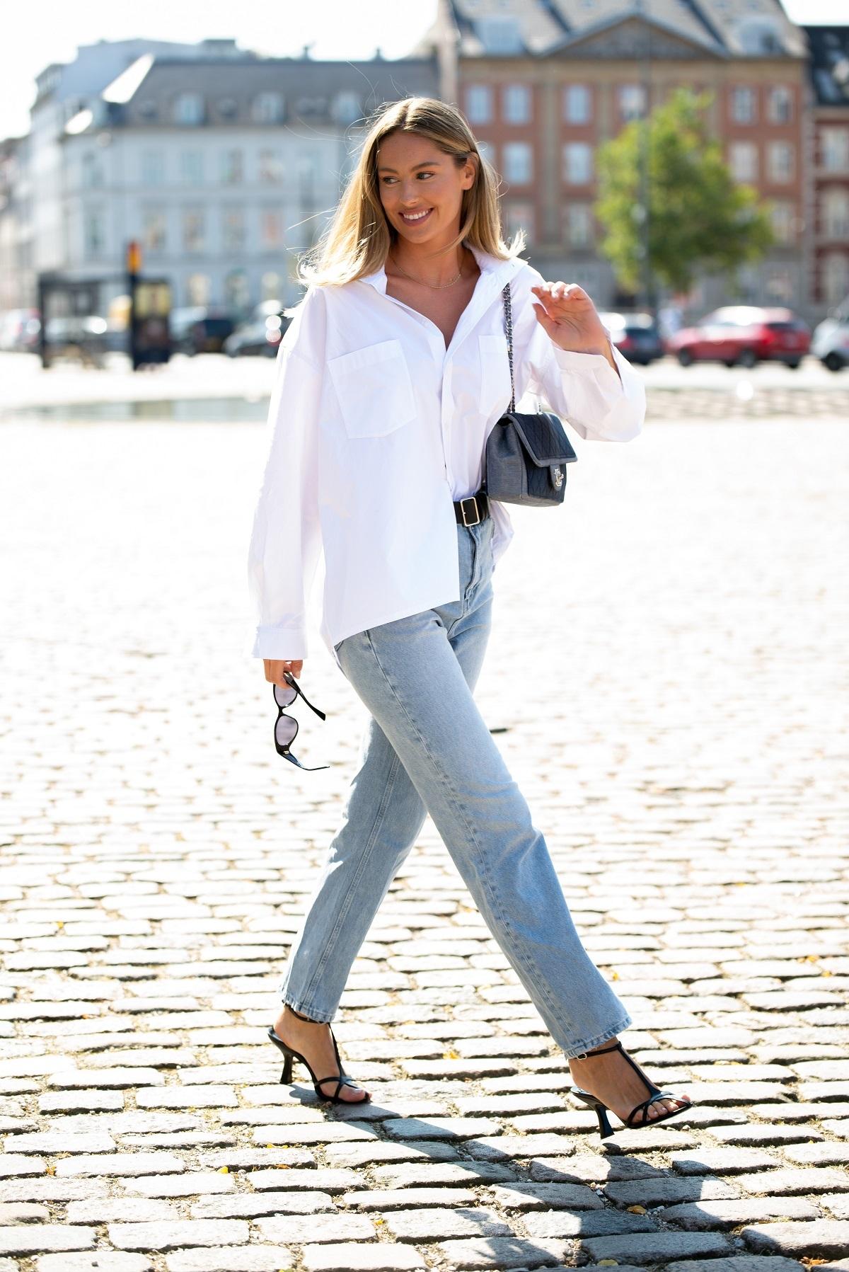 Apuesta por jeans + camisa blanca.