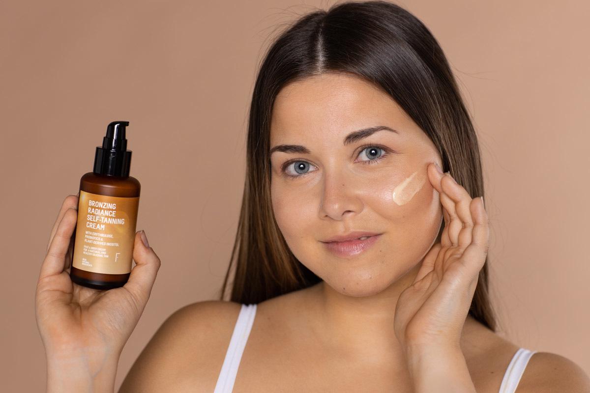 El nuevo bronceador de Freshly Cosmetics sirve también para el rostro para que no haya diferencia con el resto del cuerpo.