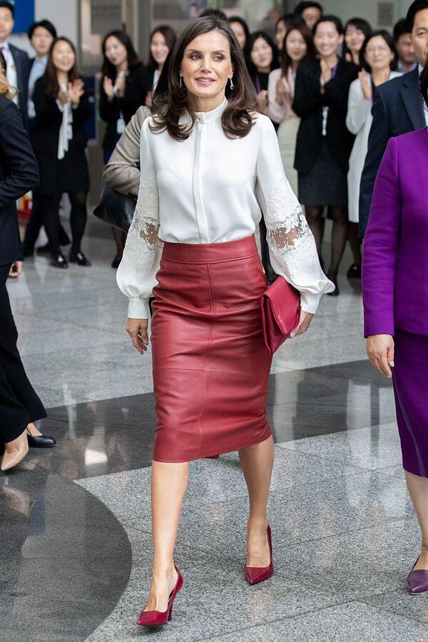 Larga, midi o corta: nadie lleva la falda mejor que la reina Letizia