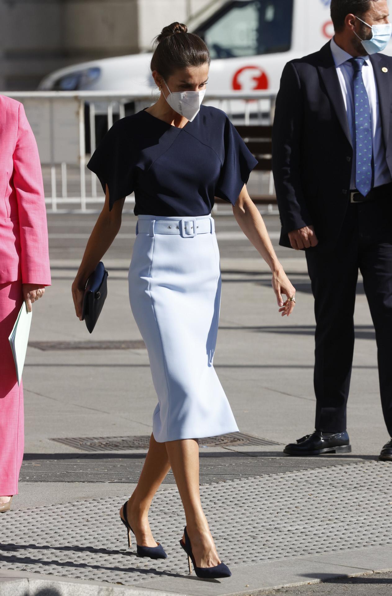 La reina Letizia con falda de Hugo Boss.
