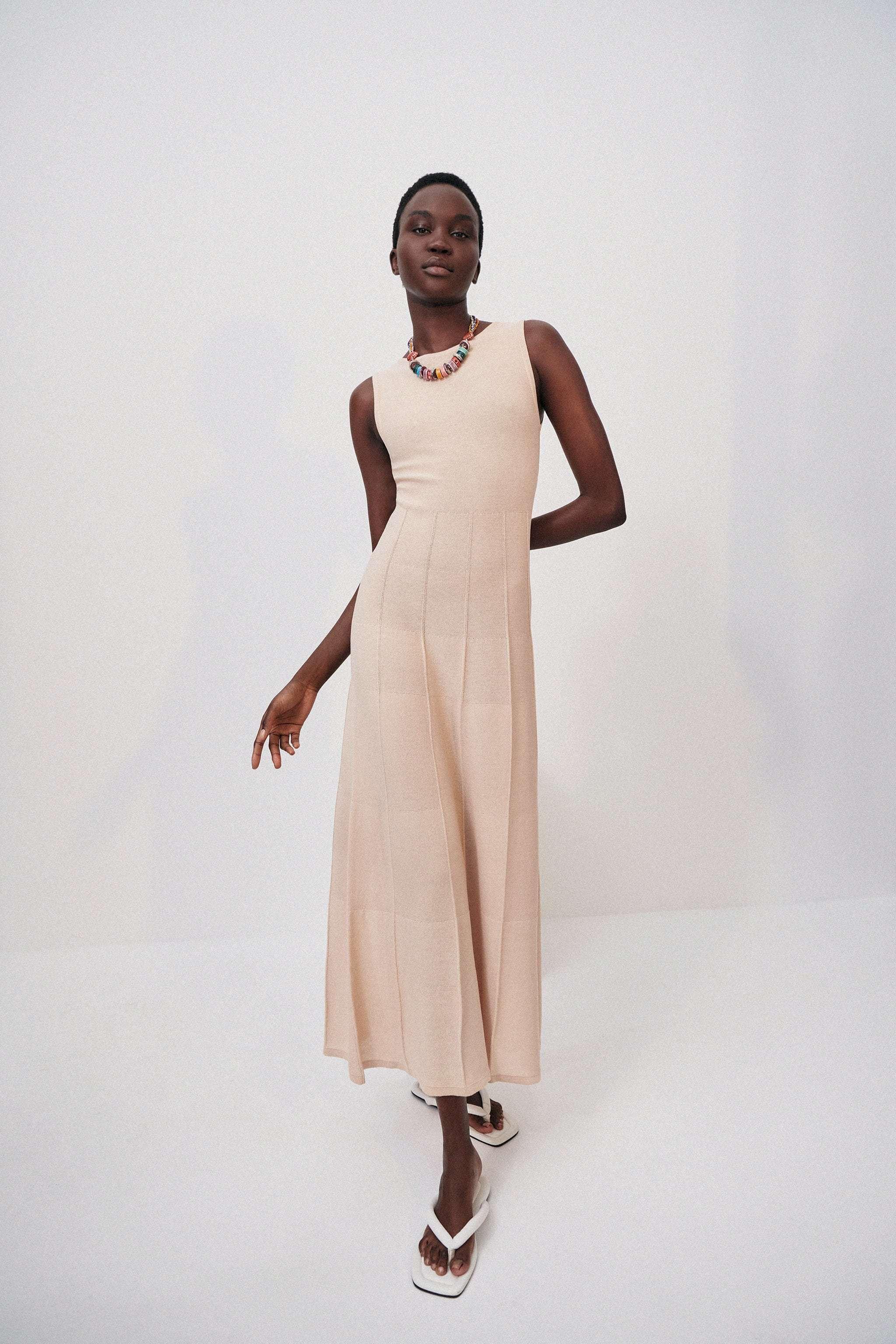 Vestido de punto, de Zara.