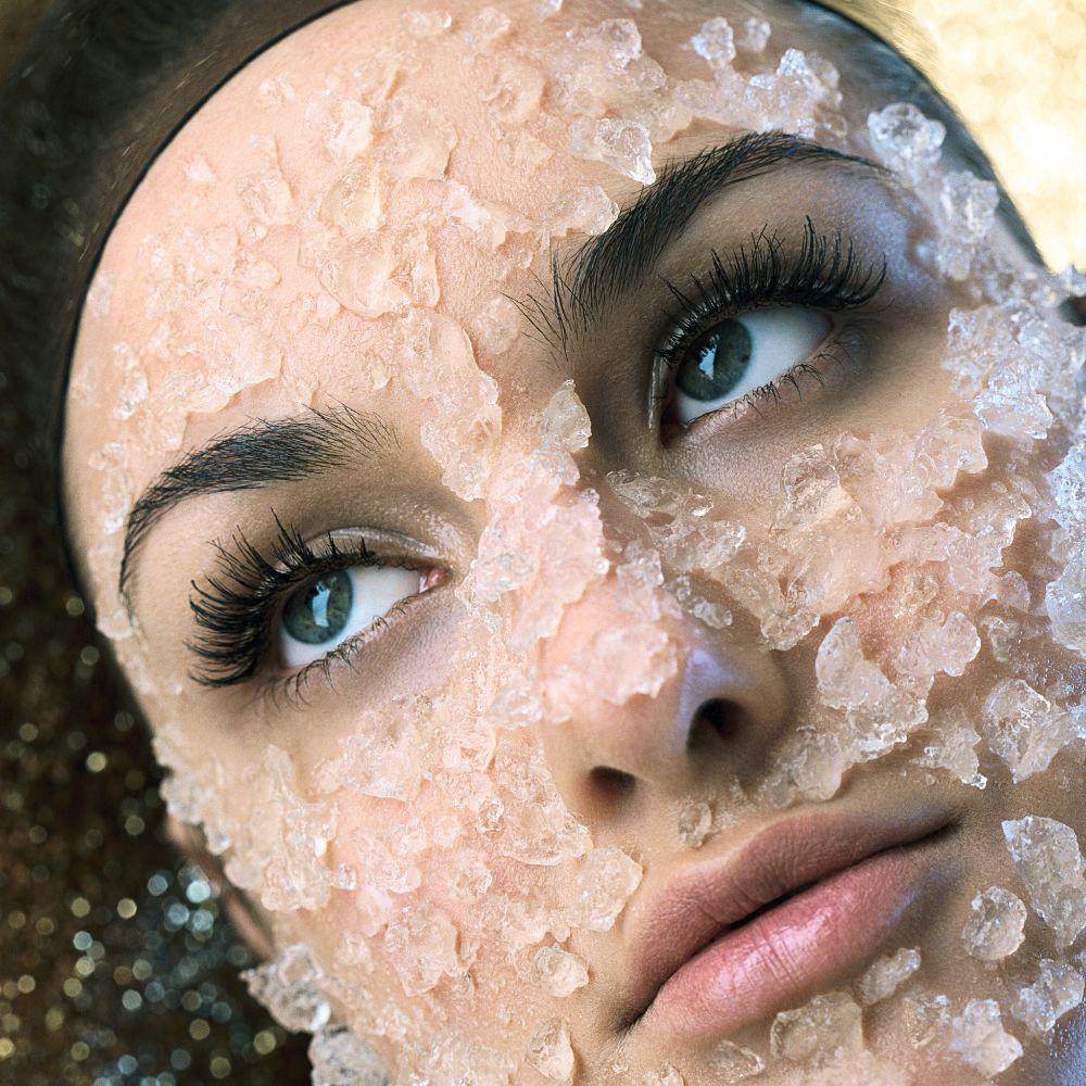 El exfoliante facial ayuda a mantener el rostro libre de imperfecciones y células muertas