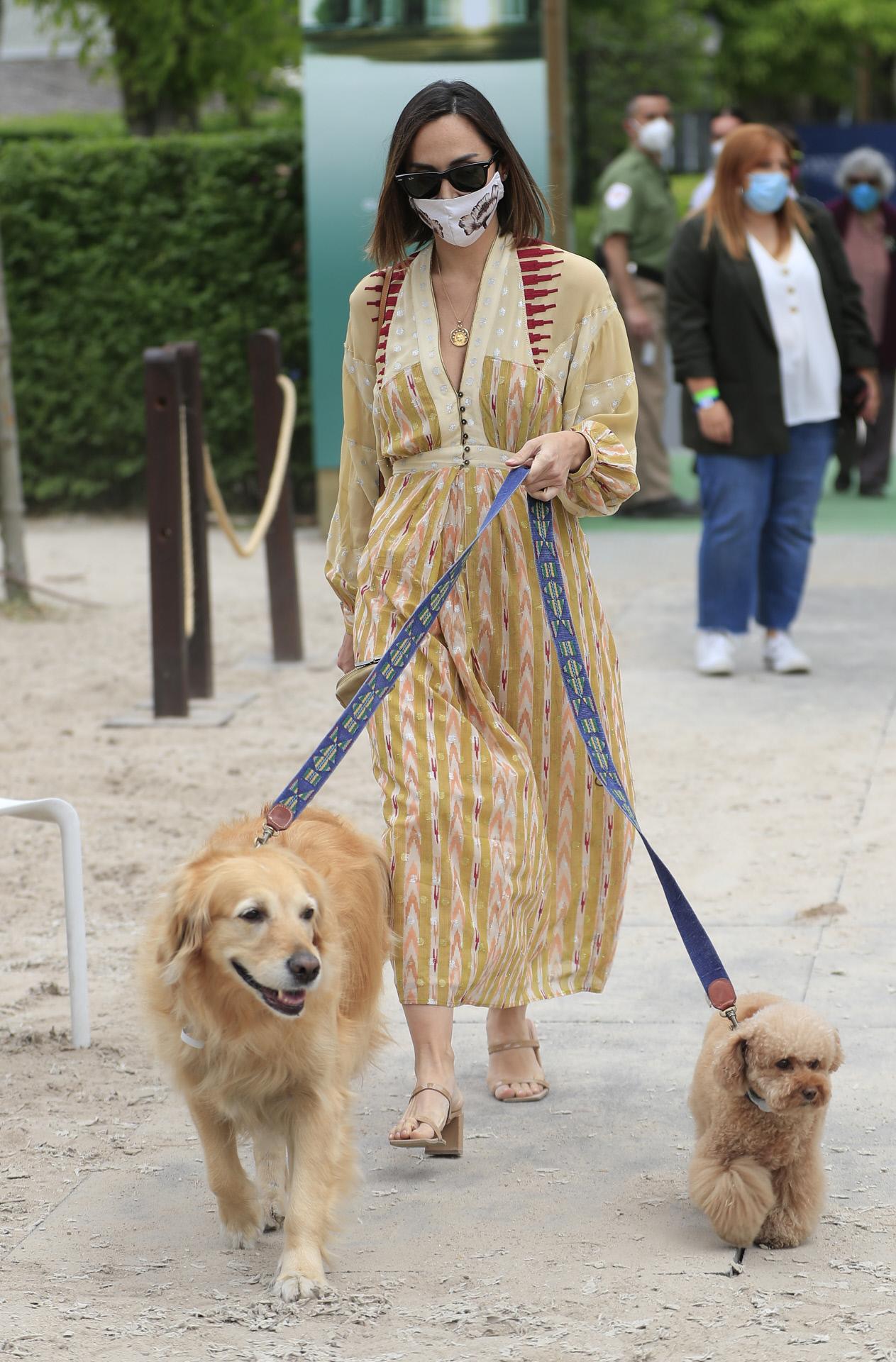 Tamara Falcó en la hípica con sus dos perros.