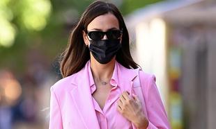 La modelo rusa Iria Shayk con traje rosa tipo sastre.