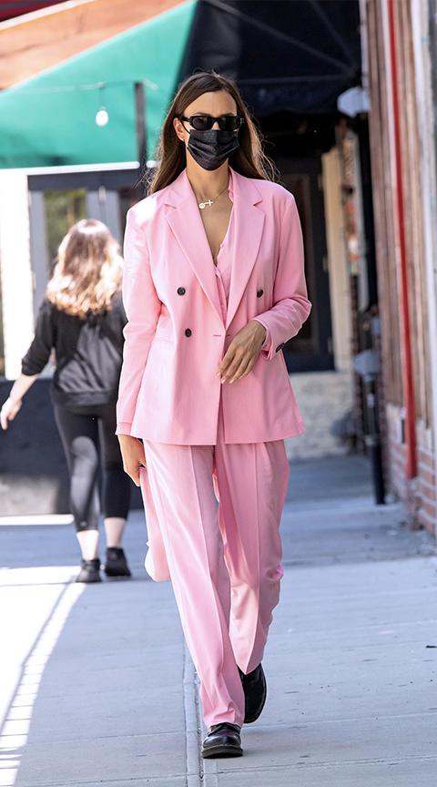 Irina Shayk se rinde al rosa, el color de moda de la temporada.